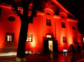 Die Penzberger Stadthalle ist wieder rot