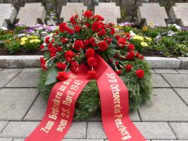Blumenkranz an der Grabstätte der Opfer des 28. April 1945