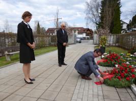 """Elke Zehetner (ehemalige Erste Bürgermeisterin), Hans Mummert (Altbürgermeister) und Bayram Yerli (Ortsvereinsvorsitzender) gedenken der Opfer der """"Penzberger Mordnacht"""" am Friedhof"""